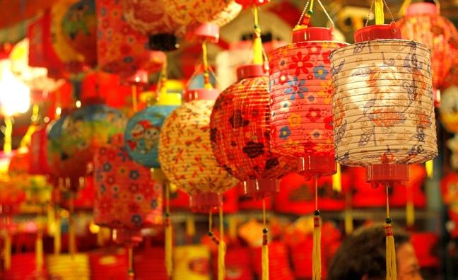 Những chiếc đèn lồng được treo bày bán với đủ màu sắc và họa tiết đậm chất cổ